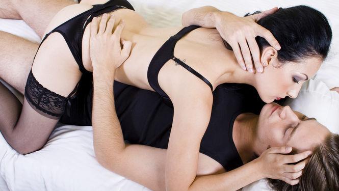 Um casal na cama