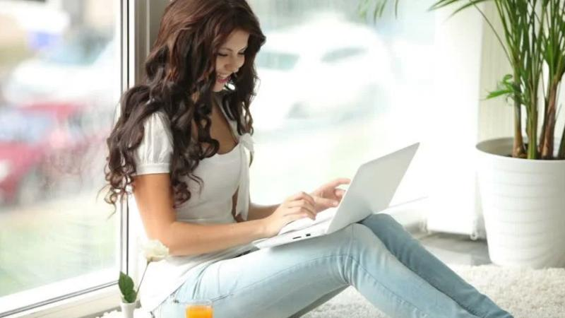 Uma garota bate papo em um chat erótico